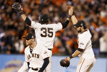 San Francisco Giants center fielder Angel Pagan (R) celebrates with teammates Brandon Crawford (35) and Hunter Pence after the Giants defeated the Detroit Tigers in Game 2 of the MLB World Series baseball championship in San Francisco, October 25, 2012. REUTERS/Lucy Nicholson