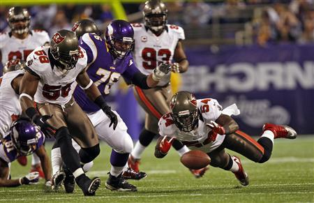 Tampa Bay Buccaneers linebacker Lavonte David (54) tries to recover a Minnesota Vikings fumble during the first half of their NFL football game in Minneapolis, October 25, 2012. REUTERS/Eric Miller