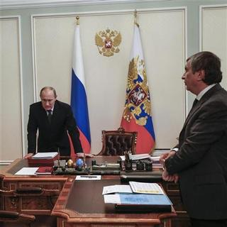 Russian President Vladimir Putin (L) meets with Rosneft CEO Igor Sechin at the Novo-Ogaryovo residence outside Moscow October 22, 2012. REUTERS/Sergey Ponomarev/Pool