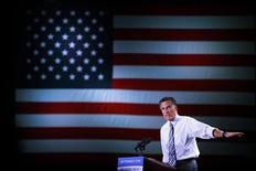 Кандидат от республиканцев Митт Ромни выступает на предвыборном митинге в Рино, Невада, 24 октября 2012 года. Митт Ромни получил преимущество в 1 процент над президентом Бараком Обамой в президентской гонке, в которой два кандидата идут практически ноздря в ноздрю, показал опрос Reuters/Ipsos, проведенный в четверг - меньше чем за две недели до выборов. REUTERS/Brian Snyder