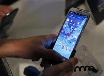 Pessoas usam o Galaxy Note II durante coletiva de imprensa da Samsung para anunciar novas funções do aparelho, em Nova York. A fabricante de eletrônicos Samsung Electronics divulgou o quarto lucro trimestral recorde --de 7,4 bilhões de dólares--, com fortes vendas da linha Galaxy de telefones celulares ofuscando vendas mais fracas de chips de memória. 24/10/2012 REUTERS/Shannon Stapleton