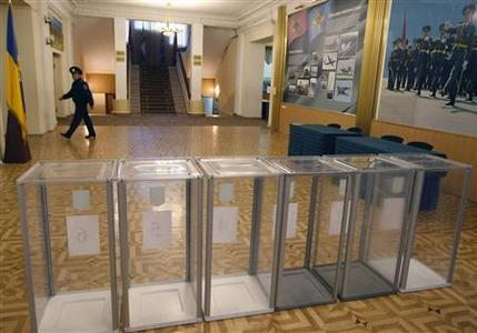 Picture shows a polling station in the Ukrainian capital Kiev October 26, 2012. REUTERS/Anatolii Setpanov