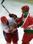 Президент Белоруссии Александр Лукашенко (справа) на хоккейном матче в Москве 15 января 2001 года. Лукашенко обвинил спортивное руководство страны в провальном выступлении белорусских спортсменов на летней Олимпиаде-2012 в Лондоне, который закрыл двери для лидера Белоруссии. REUTERS/Viktor Korotayev