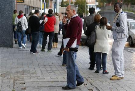 People wait in line to enter a government-run employment office in Madrid October 26, 2012. REUTERES/Andrea Comas