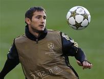 Frank Lampard, do Chelsea, controla a bola durante uma sessão de treinamento no estádio de Stamford Bridge, em Londres, no Reino Unido. 18/09/2012 REUTERS/Eddie Keogh