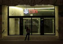 A woman stands in front of the office of Swiss bank UBS at Paradeplatz square in Zurich August 10, 2012. REUTERS/Arnd Wiegmann