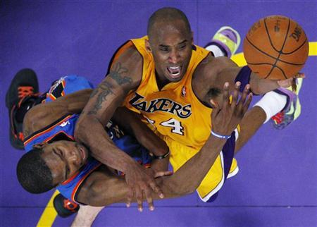 Los Angeles Lakers shooting guard Kobe Bryant (R) tries to score on Oklahoma City Thunder small forward Kevin Durant (35) in the second half during Game 4 of their NBA Western Conference semi-final playoff basketball game in Los Angeles, California May 19, 2012. REUTERS/Lucy Nicholson