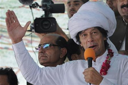 Imran Khan, cricketer-turned-politician and head of Pakistan Tehreek-e-Insaf (PTI), wears a turban while addressing his supporters as he leads a peace march against U.S. drone strikes from Islamabad to South Waziristan, in Musa Khel, located in the province of Punjab October 6, 2012. REUTERS/Saad Arsalan