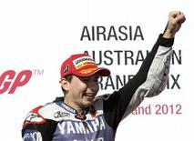 Piloto espanhol Jorge Lorenzo, da Yamaha, comemora segundo título na Moto GP. Lorenzo conquistou o título ao chegar em segundo lugar no Grande Prêmio da Austrália deste domingo. 28/10/2012 REUTERS/Brandon Malone