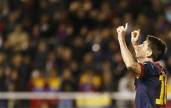 Jogador do Barcelona Lionel Messi comemora após marcar gol contra o Rayo Vallecano durant partida pela primeira divisão espanhola em Madri. Messi fez seu 301o gol como profissional no sábado ao conferir duas vezes na vitória sobre o Vallecano por 5 x 0, um resultado que deixa o clube provisionalmente como líder isolado do Campeonato Espanhol com três pontos de vantagem sobre o Atlético de Madri. 27/10/2012 REUTERS/Sergio Perez