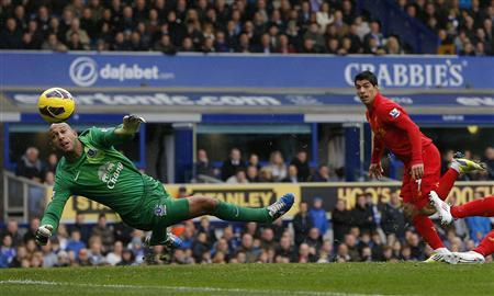 Everton's Tim Howard fails to keep out a header by Liverpool's Luis Suarez (R) during their English Premier League soccer match at Goodison Park in Liverpool, northern England, October 28, 2012. REUTERS/Phil Noble