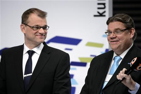 Centre Party Chairman Juha Sipila (L) laughs with True Finns Chairman Timo Soini during the Finnish municipal elections follow-up at the Helsinki Music Hall October 28, 2012. REUTERS/Heikki Saukkomaa/Lehtikuva