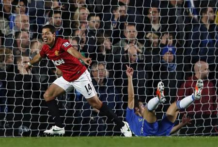 Manchester United's Javier Hernandez (L) celebrates his goal against Chelsea during their English Premier league soccer match at Stamford Bridge in London October 28, 2012 REUTERS/Eddie Keogh