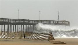"""Волны врезаются в пирс Ошен Сити, штат Мэриленд , 28 октября 2012 года. Ураган """"Сэнди"""", который может стать сильнейшим штормом, когда либо происходившим в США, вверг в ступор значительную часть восточного побережья страны, включая Нью-Йорк и Вашингтон, на следующие несколько дней. REUTERS/Kevin Lamarque"""