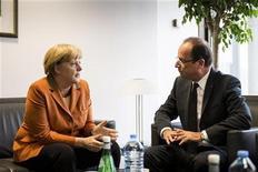 Канцлер Германии Ангела Меркель общается с президентом Франции Франсуа Олландом перед саммитом ЕС в Брюсселе, 18 октября 2012 года. Правительства Евросоюза на этой неделе начнут обсуждение долгосрочного бюджета блока, достигающего 1 триллиона евро ($1,3 триллиона), с предложения сократить его по меньшей мере на 50 миллиардов евро, сообщил источник, близкий к ситуации. REUTERS/Guido Bergmann/Bundesregierung/Handout
