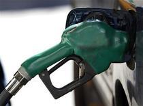 """Заправочный пистолет вставлен в автомобильный бак на заправке в Нью-Йорке, 22 февраля 2011 года. Цены на нефть снижаются, так как НПЗ Восточного побережья США сократили потребление в ожидании урагана """"Сэнди"""". REUTERS/Shannon Stapleton"""
