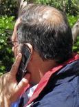 Мужчина говорит по мобильному телефону в Лос-Анджелесе, 31 мая 2011 года. Телекоммуникационная группа Вымпелком готовится продать часть бизнесов компании в Азии и Африке, чтобы сфокусироваться на ключевых рынках, таких как Россия и Италия, пишет Financial Times в понедельник. REUTERS/Fred Prouser