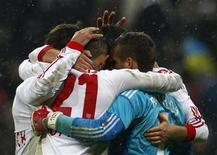 Time do Leverkusen comemora vitória contra o Bayern de Munique após partida em Munique, Alemanha. O início de temporada perfeito do Bayern de Munique chegou ao fim neste domingo, quando uma cabeçada de Sidney Sam desviada no zagueiro Jérôme Boateng deu ao Bayer Leverkusen uma vitória de 2 x 1. 28/10/2012 REUTERS/Michaela Rehle