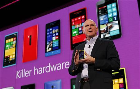 Microsoft Corp CEO Steve Ballmer displays a Nokia Lumia 920 featuring Windows Phone 8 during an event in San Francisco, California October 29, 2012. REUTERS/Robert Galbraith