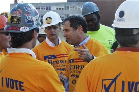 Democratic U.S. Senator Sherrod Brown (C) talks to workers at a campaign event in Columbus, Ohio, October 24, 2012. REUTERS/Nick Carey