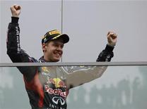 Pilo de Fórmula 1, Sebastian Vettel, comemora após vencer GP da Índia, em Greater Noida. A temporada de Fórmula 1 que começou com sete vencedores diferentes nas primeiras sete corridas corre o risco de terminar com Vettel, da Red Bull, conquistando sete vitórias consecutivas. 28/10/2012 REUTERS/Ahmad Masood