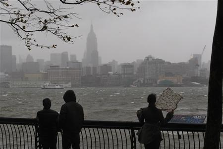 Residents try to watch the skyline of New York from a park along the Hudson River across from the Empire State Building as rain falls in Hoboken while Hurricane Sandy approaches to New Jersey, October 29, 2012. REUTERS/Eduardo Munoz