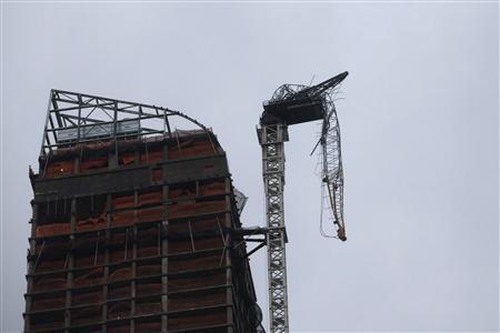 A partially collapsed crane hangs from a high-rise building in Manhattan as Hurricane Sandy makes its approach in New York October 29, 2012. REUTERS/Andrew Kelly