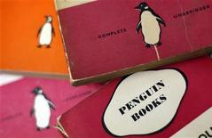 Livros da editora Penguin books são vistos em um sebo em Londres. A britânica Pearson e a alemã Bertelsmann vão juntar suas unidades de publicação, Penguin e Random House, para recuperar o terreno perdido para os grupos de tecnologia Amazon e Apple, líderes da revolução dos livros eletrônicos. 29/10/2012 REUTERS/Stefan Wermuth