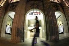 <p>UBS, qui va cesser ses activités dans l'obligataire, annonce la suppression de 10.000 postes, un plan social sans précédent depuis l'effondrement de la banque américaine Lehman Brothers en 2008. /Photo d'archives/REUTERS/Arnd Wiegmann</p>