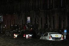 """Затопленная в результате удара урагана """"Сэнди"""" улица в Нью-Йорке 29 октября 2012 года. """"Сэнди"""", один из сильнейших ураганов когда-либо обрушивавшихся на Соединенные Штаты, ударил во вторник по восточному побережью Америки, затопив значительную часть Нью-Йорка, в результате чего был остановлен транспорт и прервана президентская предвыборная кампания. На сегодняшний момент известно о гибели от стихии четырех человек. REUTERS/Brendan McDermid"""