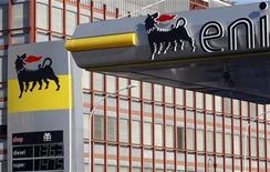 Заправочная станция ENI в Риме, 23 февраля 2011 года. Прибыль итальянской нефтегазовой компании Eni превысила прогнозы в третьем квартале за счет восстановления добычи в Ливии и разовых доходов. REUTERS/Remo Casilli