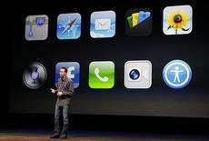 Старший вице-президент отдела Apple iOS Software Скотт Форсталл демонстрирует приложения для нового iPhone5 на пресс-показе в Сан-Франциско, 12 сентября 2012 года. Глава Apple Inc Тим Кук уволил влиятельного руководителя подразделения мобильного программного обеспечения Скотта Форсталла, отвечавшего, в частности, за разработку приложения с картами для новой платформы iOS 6, сообщили источники. REUTERS/Beck Diefenbach