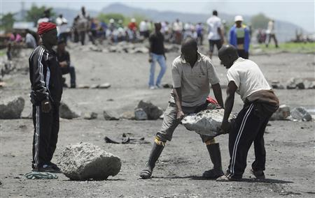Strikers block roads outside the Anglo American Platinum (Amplats) mines near Rustenburg, 120 km (70 miles) northwest of Johannesburg October 30, 2012. South African police fired rubber bullets and teargas on Tuesday at striking Amplats miners who were protesting against a union-brokered deal to end a six-week wildcat walkout at the top platinum producer. REUTERS/Stringer