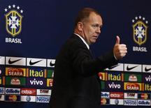 Técnico Mano Menezes convocou nove jogadores de times brasileiros para amistoso contra Colômbia. 27/09/2012 REUTERS/Sergio Moraes