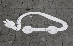 <p>L'UGAP, la centrale d'achat de la fonction publique, a lancé un nouvel appel d'offres portant sur 2.600 voitures électriques pour l'Etat français et les collectivités. Cet appel vient compléter celui de 2010 et l'objectif est que les voitures soient disponibles à partir de mars 2013. /Photo d'archives/REUTERS/Vincent Kessler</p>