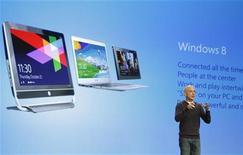 <p>Lors de la présentation de Windows 8 à New York. Microsoft affirme avoir vendu quatre millions d'exemplaires de la mise à jour de ce nouveau système d'exploitation depuis son lancement vendredi. /Photo prise le 25 octobre 2012/REUTERS/Lucas Jackson</p>