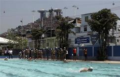 Michael Phelps ensina natação para jovens carentes de uma comunidade do Complexo do Alemão, no Rio. 30/10/2012 REUTERS/Ricardo Moraes