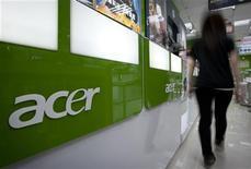 <p>Le taiwanais Acer a annoncé mardi le report du lancement de sa tablette tactile utilisant le nouveau système Windows RT de Microsoft, expliquant vouloir se donner du temps après avoir critiqué l'incursion du géant américain du logiciel dans le domaine du matériel avec Surface. /Photo prise le 23 octobre 2012/REUTERS/Yi-ting Chung</p>