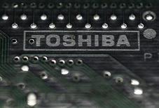 <p>Toshiba prévoit d'annoncer une hausse de 30% de son bénéfice d'exploitation consolidé pour l'exercice 2012, soit moins que la hausse de 48% attendue initialement par le groupe, rapporte mardi le Nikkei. /Photo prise le 31 juillet 2012/REUTERS/Yuriko Nakao</p>
