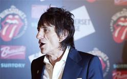 """Guitarrista dos Rolling Stones Ronnie Wood é visto nesta foto de julho deste ano durante abertura da exibição """"Rolling Stones: 50"""", na Somerset House em Londres. Wood está noivo de uma produtora de teatro de 34 anos chamada Sally Humphreys, disse o porta-voz dele na terça-feira. 12/07/2012 REUTERS/Ki Price"""