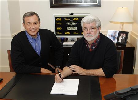 10月30日、ウォルト・ディズニーは、米映画制作会社ルーカスフィルムと人気映画シリーズ「スター・ウォーズ」の販売権を40億5000万ドルで買収すると発表した。写真は書面にサインするジョージ・ルーカス氏(右)とウォルト・ディズニーのボブ・アイガーCEO。ディズニー提供(2012年 ロイター)