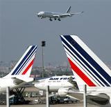 <p>Air France a confirmé mardi chercher à obtenir des compensations financières d'Airbus, filiale d'EADS, pour les indisponibilités de son très gros porteur A380 afin de compenser une partie du manque à gagner pour la compagnie, comme l'a indiqué le quotidien Les Echos sur son site internet. /Photo d'archives/REUTERS/Charles Platiau</p>