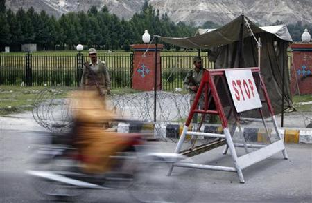 Pakistani soldiers guard a street in Gilgit September 20, 2012. REUTERS/Akhtar Soomro