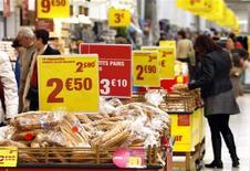 <p>La consommation des ménages français en biens a progressé de 0,1% en volume en septembre, un chiffre qui corrige légèrement la forte baisse (-0,8%) enregistrée en août. /Photo d'archives/REUTERS/Eric Gaillard</p>