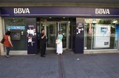 <p>BBVA, la deuxième banque espagnole, a annoncé mercredi une chute de près de moitié de son bénéfice net sur les neuf premiers mois de l'année après avoir passé des milliards d'euros de provisions pour dépréciation d'actifs liée à la crise immobilière. /Photo prise le 31 juillet 2012/REUTERS/Juan Medina</p>