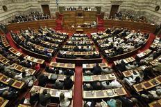 Премьер-министр Греции Антонис Самарас выступает в парламенте в Афинах, 8 июля 2012 года. Подавляющее большинство греческих законодателей-социалистов решило проголосовать за спорные меры экономии, сообщили Рейтер представители партии. Это значительно повысило вероятность того, что эти меры получит парламентскую поддержку. REUTERS/Yorgos Karahalis