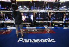 <p>Le groupe japonais d'électronique grand public Panasonic anticipe une perte nette de 765 milliards de yens (7,37 milliards d'euros) pour l'exercice 2012-2013, qui se termine en mars, sa quatrième en cinq ans, après une perte record de 772 milliards de yens l'an dernier. /Photo prise le 23 octobre 2012/REUTERS/Yuriko Nakao</p>