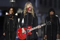 """Cantora Taylor Swift apresenta-se durante o programa """"Good Morning América"""", da ABC, em Nova York. O álbum mais recente da cantora country Taylor Swift alcançou o maior número de vendas nos EUA durante a primeira semana de lançamento desde 2002. 23/10/2012 REUTERS/Lucas Jackson"""