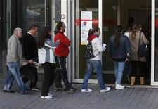 People enter a government-run employment office in Madrid October 26, 2012. REUTERS/Andrea Comas