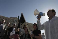<p>Manifestation mercredi à Athènes devant le parlement contre la hausse des prix du fuel domestique. Le gouvernement s'attend pour 2013 à une récession pire qu'anticipé jusqu'à présent et souligne l'impact sur l'économie des plans d'austérité successifs lancés depuis le début de la crise. /Photo prise le 31 octobre 2012/REUTERS/Yorgos Karahalis</p>
